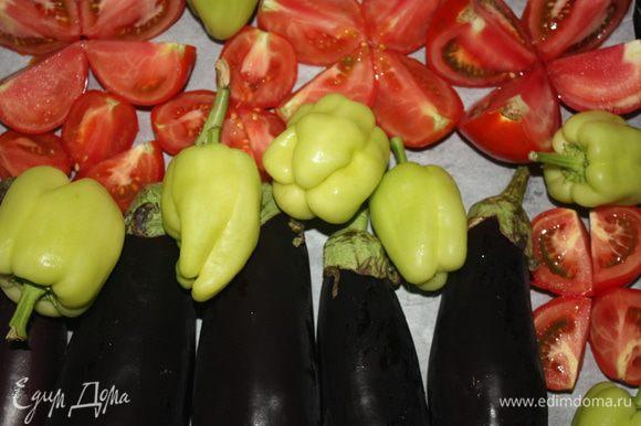 Баклажаны и болгарский перец запекаем целиком, помидоры режем на четвертинки.