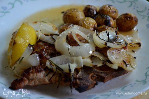 Подавать с каждое отбивное с луковым соусом лимонным и лимоном с гриля, порезанным на части.