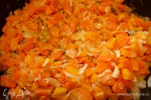Я готовлю соте в большой глубокой сковороде.На растительном масле на небольшом огне слегка обжарить(2-3минуты)морковь,затем добавить белую часть лука и еще обжарить-2-3минуты.Добавить чеснок и еще обжарить 1-2минуты.