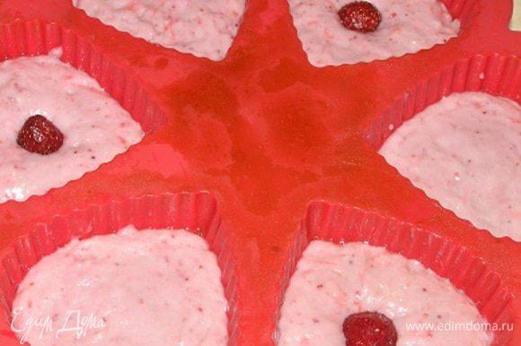 Выложить массу в формы для кексов (рецепт на 12 шт.), можно еще в каждый положить по целой клубничке.