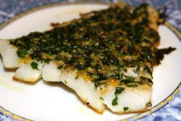 Готовую рыбу сбрызнуть лимонным соком.