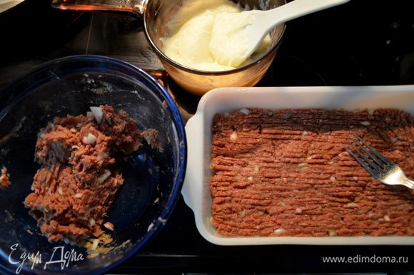 Выложим половину фарша в форму для хлеба и распределим, разровняем вилкой. Можно сделать из фарша и полностью бортики,чтоб картофель уже шел только в центре.