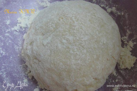 Оставить тесто на 1 час, в теплом месте, прикрыв влажным полотенцем.