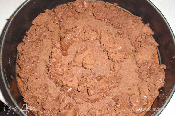 С помощью кондитерского мешка выкладываем по кругу шоколадный крем, отступаем от края 1,5 см и выкладываем еще два круга. (Так как у меня был очень густой крем, мешком мне было неудобно пользоваться, я выкладывала просто ложечкой).