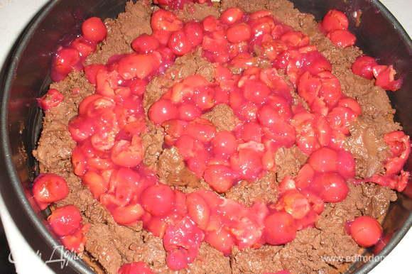 Промежутки между кремовыми слоями заполняем вишневой начинкой