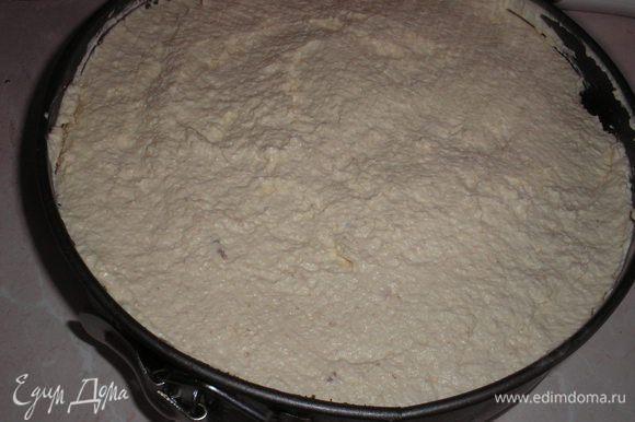 Накрываем вторым коржом. пропитываем его сиропом. Выкладываем вышневый крем со сливками.