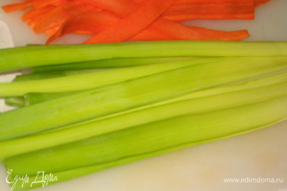 Лук-порей разделать на длинные полоски (лук-порей лучше покупать самый зеленый, чтобы было поярче)