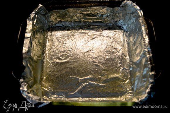 Разогреть духовку до 160 гр. Подготовим форму квадратную,смажем маслом, застелим бумагой для выпечки или фольгой,смажем опять слив.маслом. Отставим в сторону.