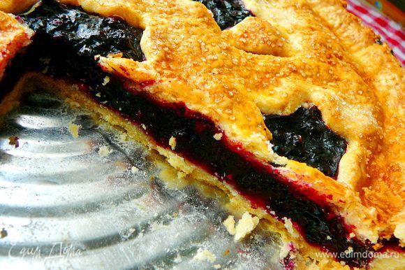 Только когда Вы дадите пирогу полностью остыть,начинка схватится и не будет вытекать.На полное остывание уйдет примерно час,полтора.