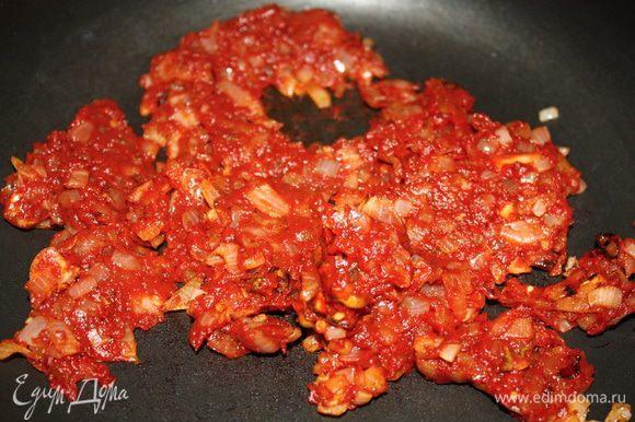 Следом отправляется томатная паста, обжаривается 1-2 минуты.
