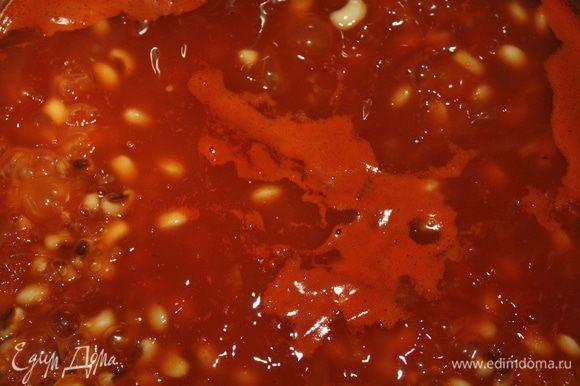 Положить заправку в кастрюлю к сварившейся фасоли, посолить, добавить паприку и варить еще минут 20, до консистенции густого соуса.