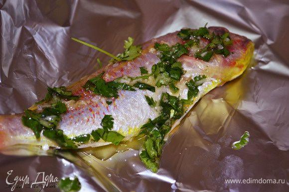 Каждую рыбку хорошо смазать маринадом и завернуть в фольгу.