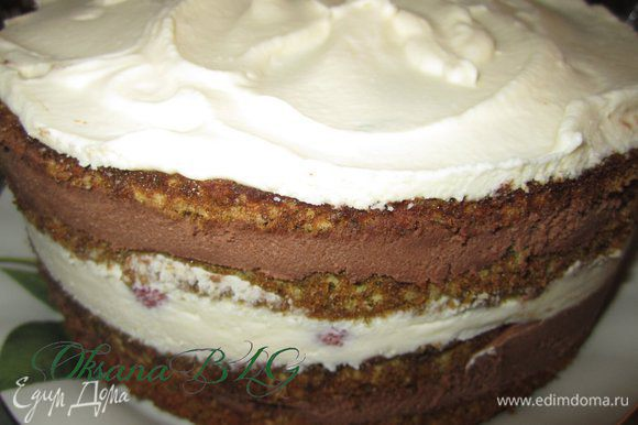 Не переворачивая, достать торт из формы.