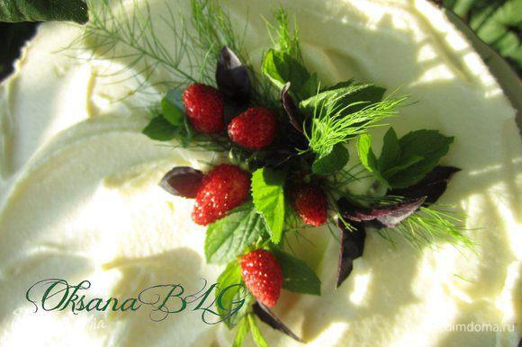 Украсить по желанию ягодами и мятой. Можно сверху нанести нити шоколадной глазури.
