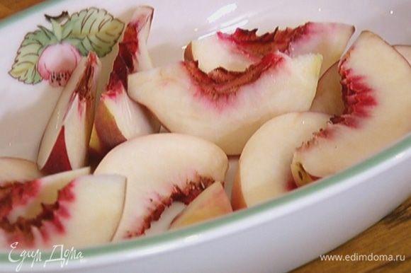 Персики, удалив косточки, нарезать дольками.