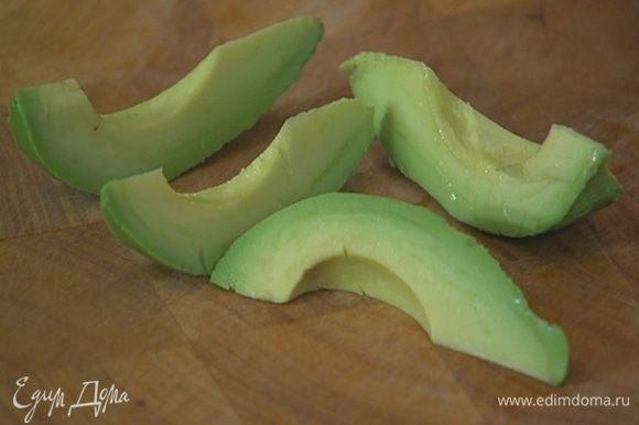 Авокадо почистить, удалить косточку, мякоть нарезать кусочками.