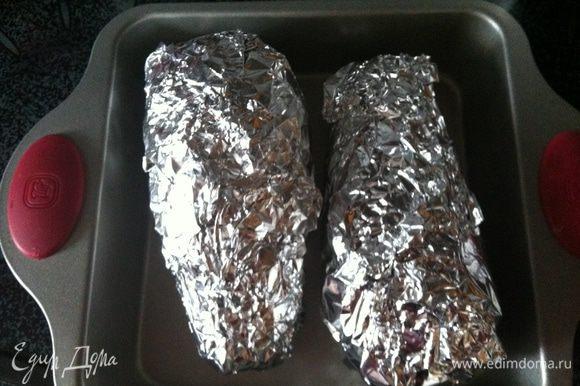 Баклажаны вымыть, обсушить, наколоть вилкой, завернуть в фольгу и печь в духовке минут 40-50 до мягкости