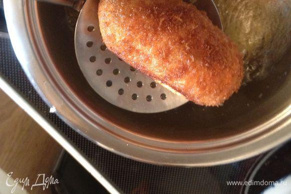 Разогреть подсолнечное масло. Получившееся яйцо в шубке обмакнуть в куриное яйцо, обвалять в сухарях, обжарить до золотистого цвета. Кладем на салфетку, чтобы стекло лишнее масло