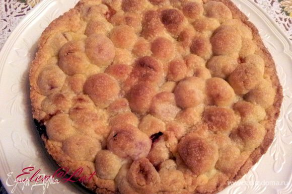 Пирог поставить в заранее разогретую духовку до 170С, и выпекать до светло-коричневого цвета. Пирог остудить на решетке. Можно присыпать остывший пирог сахарной пудрой, но мне показалось это лишним. Угощайтесь! Приятного аппетита!