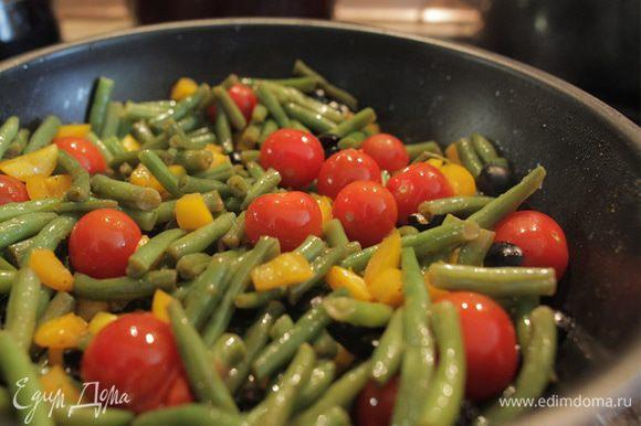 """Наше рагу почти готово. Теперь кладем в него томаты """"черри"""" и тушим без крышки еще несколько минут. Перемешивайте осторожно, чтобы кожица помидор не лопалась. Рагу получается очень сочным и ароматным. Можно подавать как гарнир или самостоятельное блюдо."""