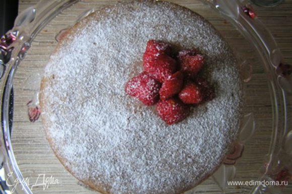 Торт посыпать сахарной пудрой, украсить клубникой