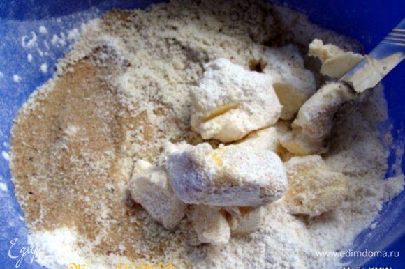Духовку разогреть до 200 С. Для штрейзеля смешать муку, с солью, сахаром и молотыми орехами. Добавить к смеси кусочками порезанное масло. Руками или миксером сделать крошку-штрейзель.
