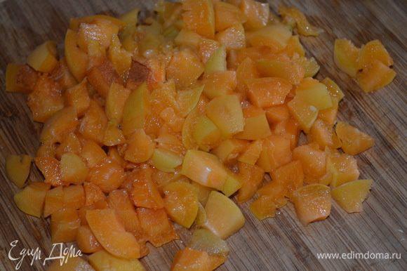 Кашу остудить. Нарезать абрикосы и добавить к каше. Пермешать.