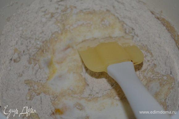 Для теста смешиваем яйцо, кефир и соль. Добавляем частями муку и замешиваем тесто.