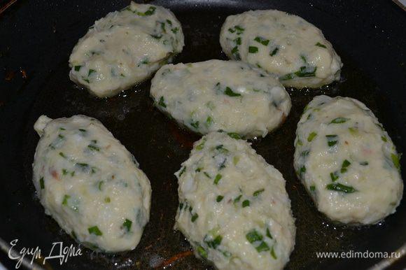 Готовим пюре:варим картошку,солим.С готовой картошки сливаем воду,добавляем молоко или сливки,масло и готовим пюре. Даём остыть и добавляем порезанный зелёный лук,яйца,пару ложек муки,масла пару ложек перемешиваем. Для начинки обжариваем грибы с чесноком,даём остыть. Распределяем пюре на ладошке в центр добавляем готовую начинку,формируем котлету и обжариваем с 2х сторон.