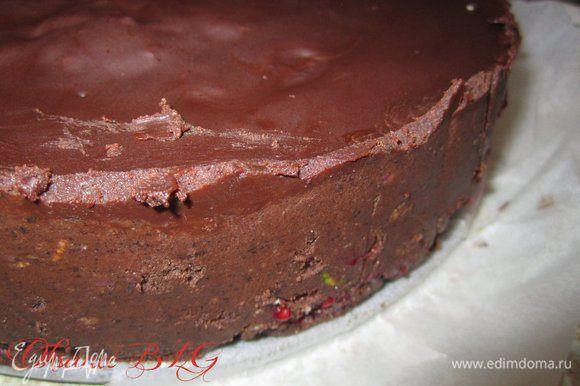 Не переворачивая достать торт из формы.
