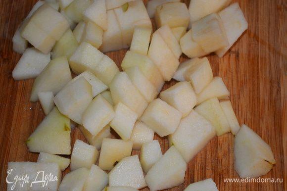 3 груши режем на мелкие кубики и добавляем в тесто. Все перемешиваем.