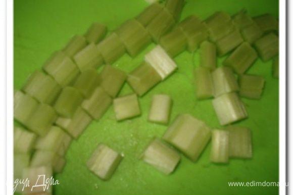 Ревень почистить от кожицы и нарезать небольшими кусочками.