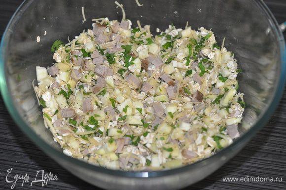 Кабачок, петрушку, лук,ветчину перемешать с сыром, мукой, овсяными хлопьями, разрыхлителем, солью и приправами.