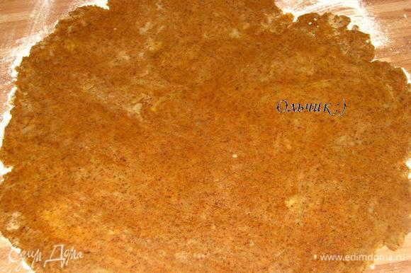 Для теста все продукты должны быть холодными. Муку рубим с маслом, я это сделала при помощи комбайна. Добавляем карамельную крошку. Затем ледяной воды, замешиваем тесто. Раскатываем его на присыпанной мукой поверхности.