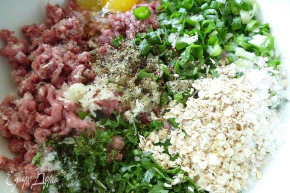Сначала приготовим фарш для шариков:к мясному фаршу добавить натертый на мелкой терке чеснок,мелко нарезанную зелень и лук,хлопья,сливки,яйцо,посолить и поперчить.Хорошо перемешать и слегка отбить,закрыть крышкой и поставить в холодильник.