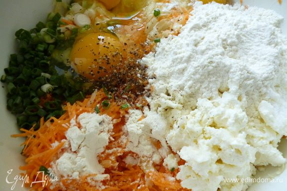 Теперь приготовим картофельную смесь:Все овощи почистить.Потом натереть на терке в следующем порядке.Сначала натрем лук(если натереть лук и после него остальные овощи,картофельная масса не потемнеет).Натереть половину картофеля на крупной терке,вторую половину на мелкой(мелкая стружка),морковь тоже натрем мелкой стружкой.Лук тоже натереть.Добавить к натертым овощам яйца,творог,муку,зелень,соль и перец и все хорошо перемешать.