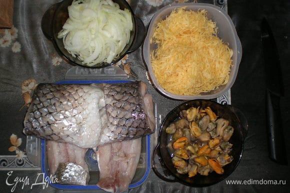 Рыбу почистить, отделить филе от костей, натереть сыр, нарезать лук.