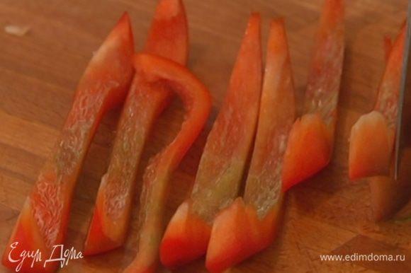 Приготовить хрустящую овощную начинку: сладкий перец, удалив семена, нарезать мелкой соломкой, корень сельдерея почистить и натереть на терке, зелень мелко порубить и перемешать с остальными ингредиентами.