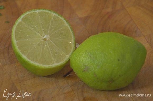 Из половинки лайма выжать 1/2 ч. ложки сока, добавить к авокадо и перемешать.