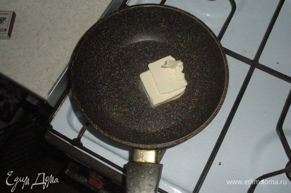 Разогреть духовку до 200гр, намазать дно формы маслом. Растопить масло и снять с огня, дать немного остыть.
