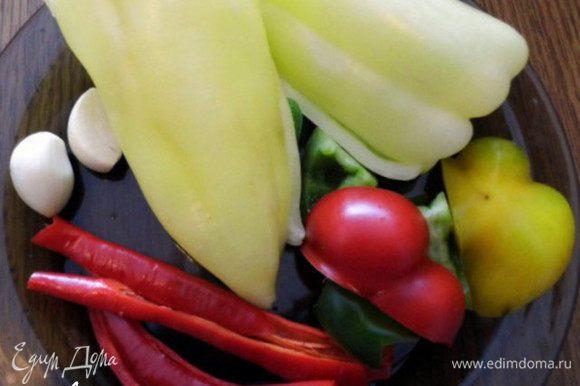Приготовить овощи для фарша. Почистить и помыть перцы, чеснок и укроп.