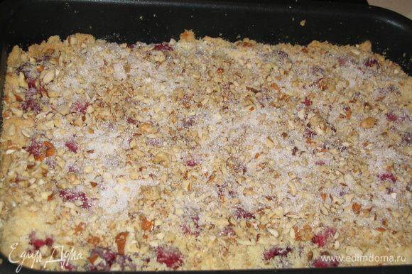 Орехи помолоть в блендере или нарезать ножом и выложить их сверху на пирог...присыпать оставшимся сахаром (2 ст.л.)...отправить запекаться еще на 10-20 минут