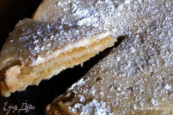 7. Выньте готовый пирог и сразу выложите его вверх дном на тарелку. Посыпьте пирог сахарной пудрой. Приятного аппетита!