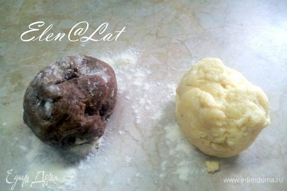Теперь тесто надо разделить на две не равные части. Одну больше, другу меньше. В большую из частей добавить какао. Положить тесто в холодильник на 30 минут, или в морозилку на 10-15 минут.