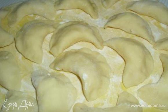Часть теста сформировать в колбаску, порезать на небольшие кусочки, каждый из которых раскатать в лепешечку. Разложить в каждую по 1 ложке начинки, залепить края и отварить в большом количестве подсоленой воды.