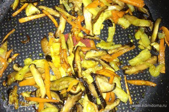 Грибы, морковь, фенхель слегка обжарить на оливковом масле. Посолить черной солью.Добавить 1ч.л. французской горчицы,перемешать. Количество 3х ингредиентов взять равное.