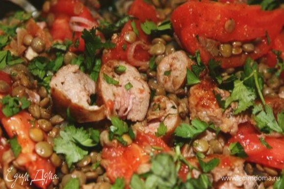 Готовые колбаски порезать небольшими кусочками и отправить к чечевице, перемешать, добавить бальзамический уксус, посолить и посыпать измельченной петрушкой.