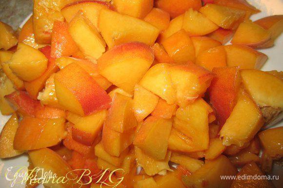 Персики помыть, удалить косточку, порезать средним кубикосм