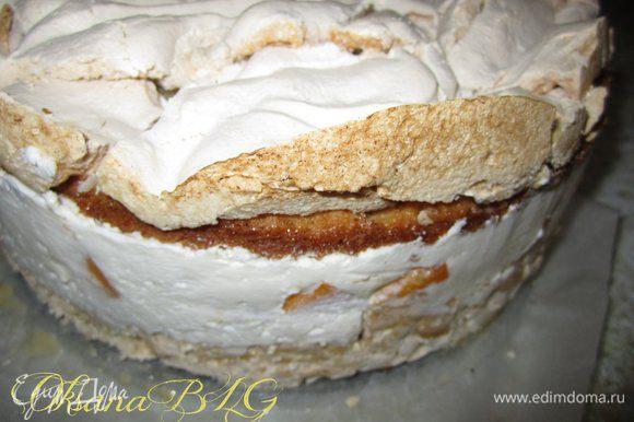 После охлаждения снять бортики формы. аккуратно не переворачивая переместить торт на блюдо. Украсить по вашему усмотрению. Как по мне, это торт можно подавать без украшения, Трещинки на меренги служат интересным и оригинальным украшением торта. Или же немного присыпать бока миндальными хлопьями.