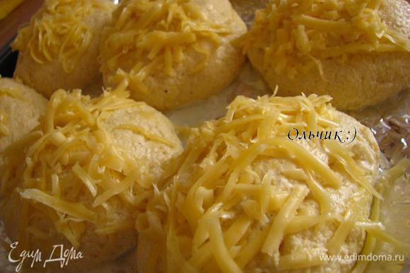 Смазываем желтком с молоком, присыпаем сыром, отправляем в духовку на 30 минут при 200 градусах.